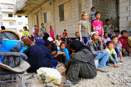 ダマスカス南西部サハナーヤ地区で17日、食料を配給するボランティア団体の到着を待つ避難民=2014年9月17日
