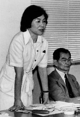 写真・図版 : 社会党の日米交流委員会であいさつする土井たか子さん。当時、54歳。右は石橋政嗣・社会党委員長=1984年7月