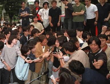 写真・図版 : 講義を終え、メディアのインタビューに答える広末涼子さん=1999年6月、東京都新宿区の早稲田大学
