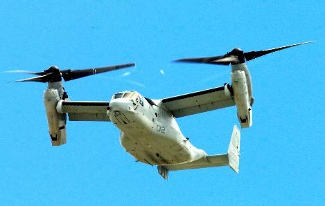 写真・図版 : 米軍普天間飛行場から離陸したオスプレイ=2014年8月19日、沖縄県宜野湾市、藤脇正真撮影