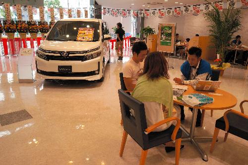 写真・図版 : 消費増税後の自動車販売店=愛知県内