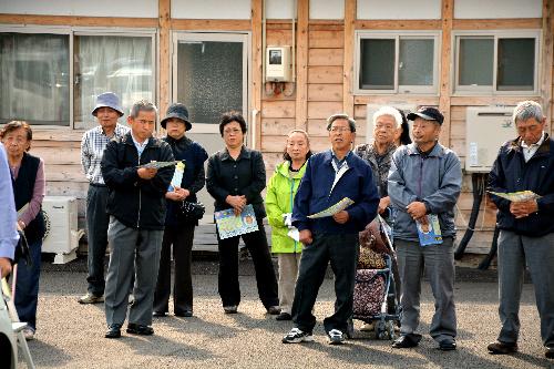 福島県知事選の新顔候補の訴えを聞く聴衆ら=福島市飯坂町の応急仮設住宅 2014109