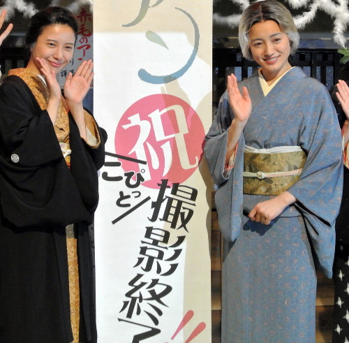 主人公・花子を演じた吉高由里子さん(左)と蓮子役の仲間由紀恵さん(右)=2014年8月26日