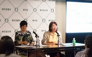 写真・図版 : 竹信三恵子さん(右)と深澤真紀さん