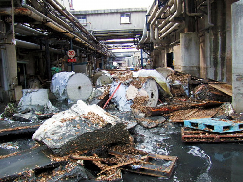 保管してあったロール紙も津波で泥まみれになった=2011年3月、日本製紙石巻工場提供