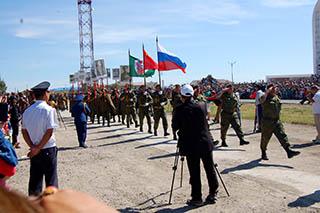 写真・図版 : ハルハ河戦争勝利のパレードに登場したロシア軍(8月、チョイバルサン、ツェデンバルジル・トゥメン撮影)