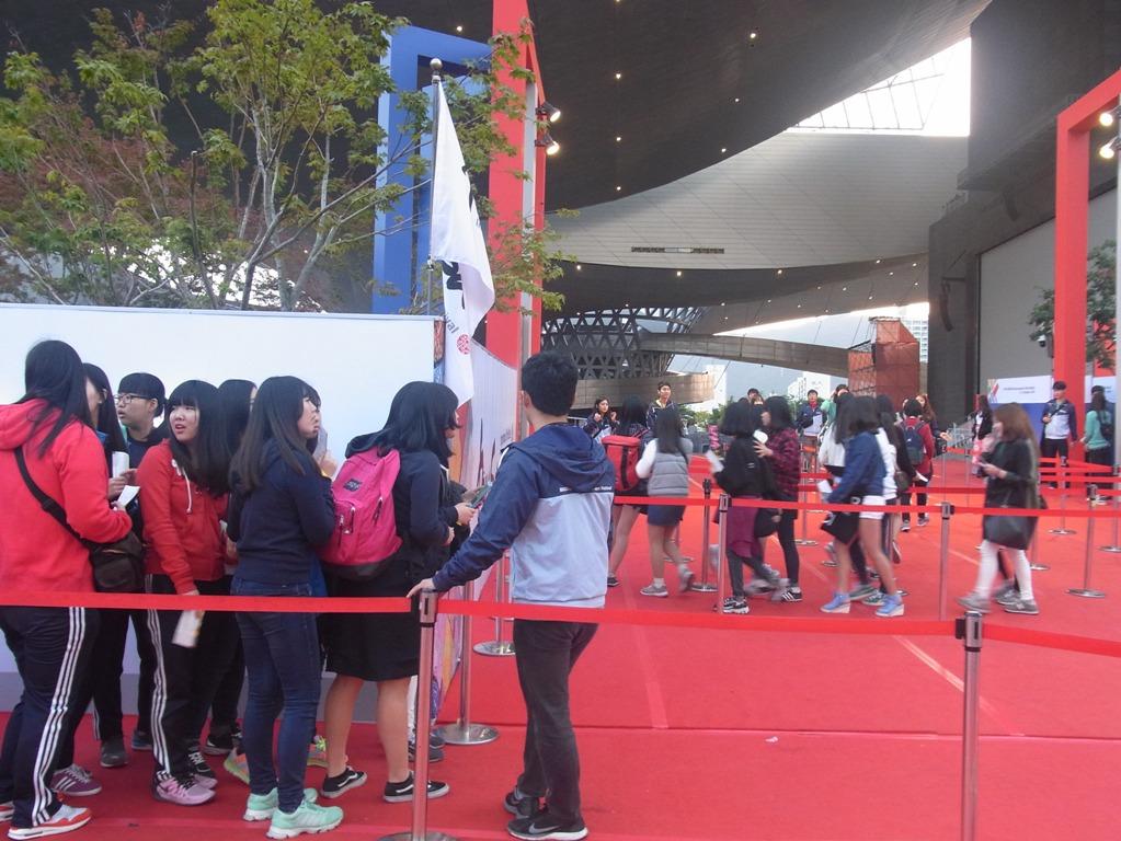 「映画の殿堂」で観客を誘導するボランティア