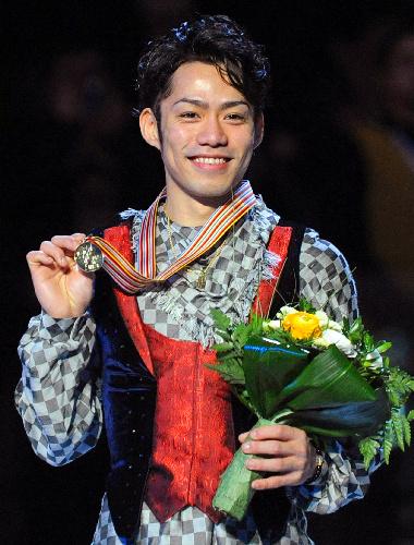 世界選手権(大阪)での金メダルを手に=2010年3月25日、EPA時事