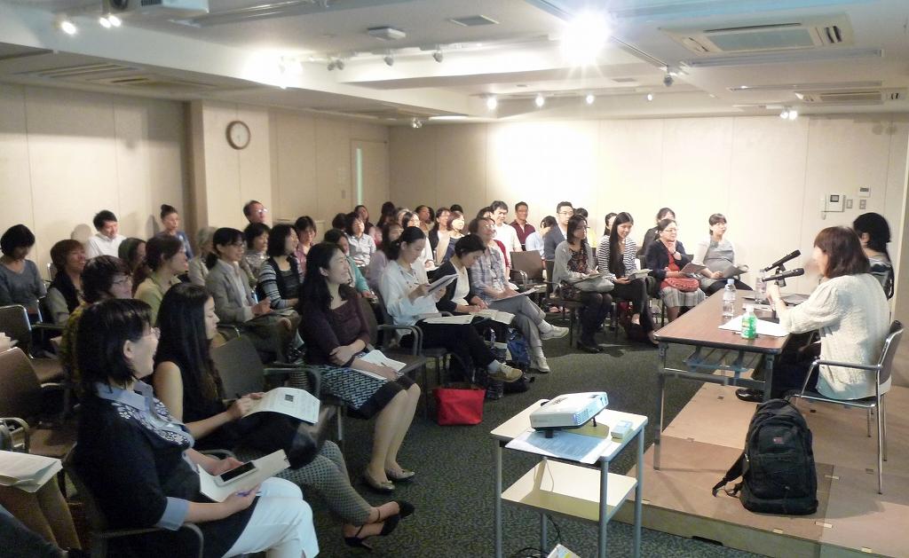 二人の熱い議論にフロアの人たちも引き込まれていく=2014年9月18、東京・神田神保町の東京堂ホール