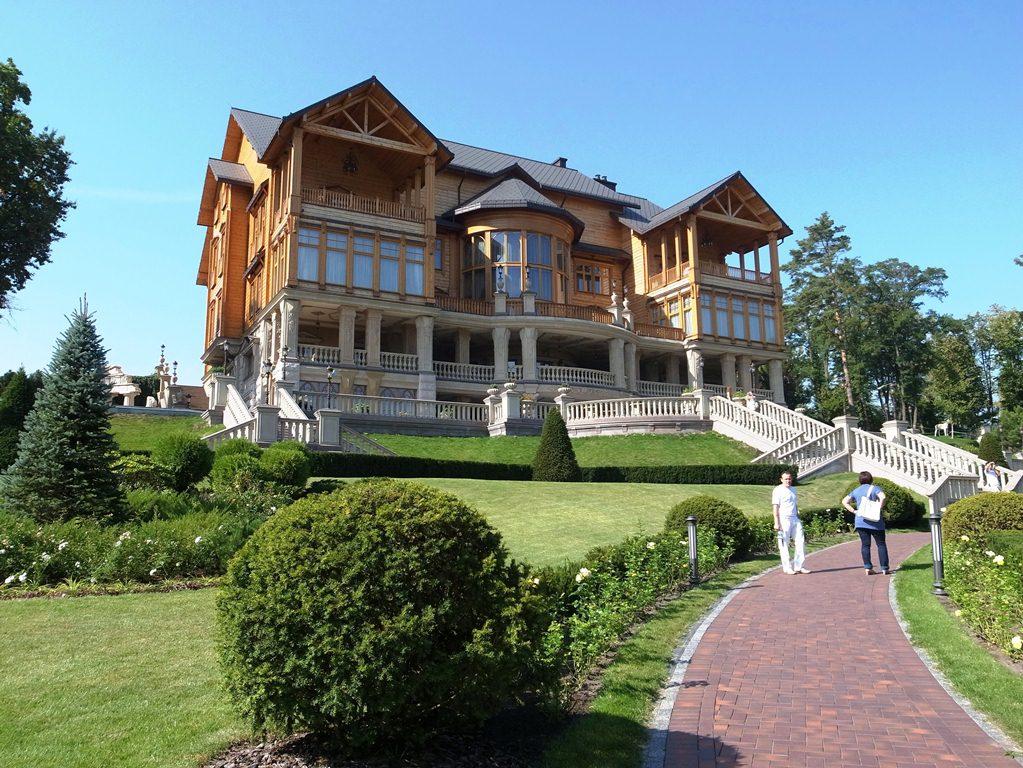 )欧州とロシアとの間で揺れ動くウクライナ。2月の政変でヤヌコビッチ前大統領が逃亡した後、キエフ郊外にある豪華な元官邸は新しい観光名所になっている=