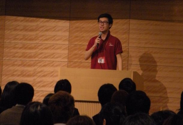 写真・図版 : 「高校生100人×国会議員」のイベントで代表として挨拶する青木大和さん(筆者撮影)