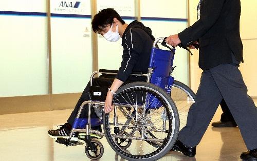 車いすで帰国した羽生結弦選手=2014年11月9日、成田空港