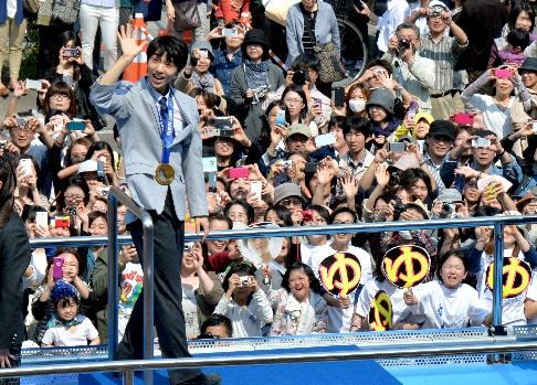 オリンピック、世界選手権を終え、地元・仙台でパレードに参加した羽生結弦=2014年4月26日、仙台市青葉区