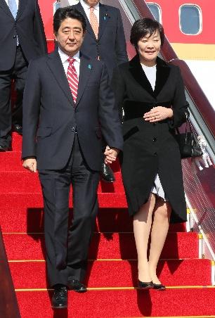 北京に到着した安倍首相と昭恵夫人=2014年11月9日、北京首都国際空港、代表撮影