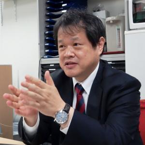 写真・図版 : 日本医療研究開発機構の理事長就任が決まった末松誠・慶応義塾大学医学部長=2014年11月11日