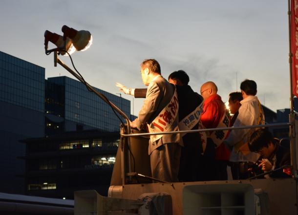 街頭演説する立候補予定者たち=下京区(画像の一部を修整しています)20141121