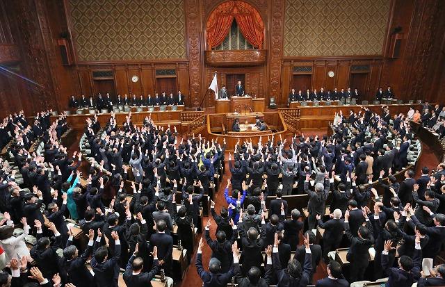 解散詔書が読み上げられ、万歳する議員たち=2014年11月21日、西畑志朗撮影