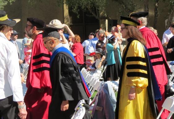 写真・図版 : 写真2:入場行進。中央左が筆者(着ているのは MIT PhDを示すガウンとフード)、右は生物・生物学部の同僚教授だが、彼女の黄色いガウンは、ジョンズ・ホプキンス大学の博士号を示す。(撮影:下條英子)