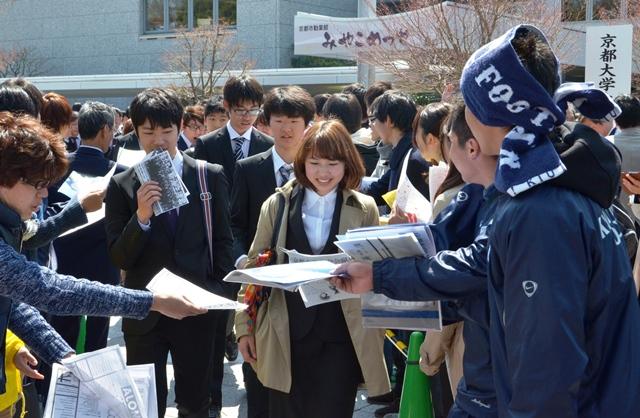 写真・図版 : 京都大学の入学式の後、先輩学生からサークル勧誘を受ける新入生たち=2014年4月7日、左京区のみやこめっせ