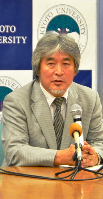 写真・図版 : 総長に決まった日の記者会見