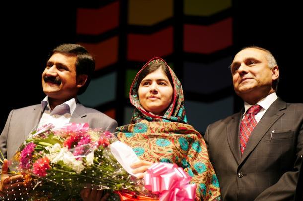 父親(左)や駐英パキスタン大使らに囲まれるマララ・ユスフザイさん=2014101010日、英中部バーミンガム