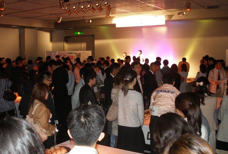 婚活での立食パーティー=2011年、京都市左京区、京都市婚活支援事業実行委員会提供