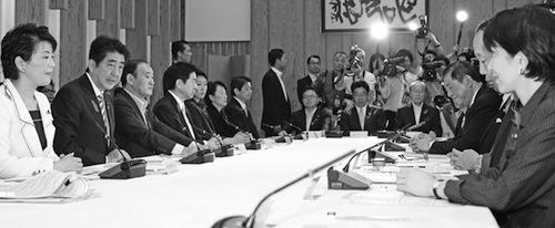 「すべての女性が輝く社会づくり本部」の初会合に臨む(左から)有村治子女性活躍担当相、安倍晋三首相ら閣僚=10月10日、首相官邸で