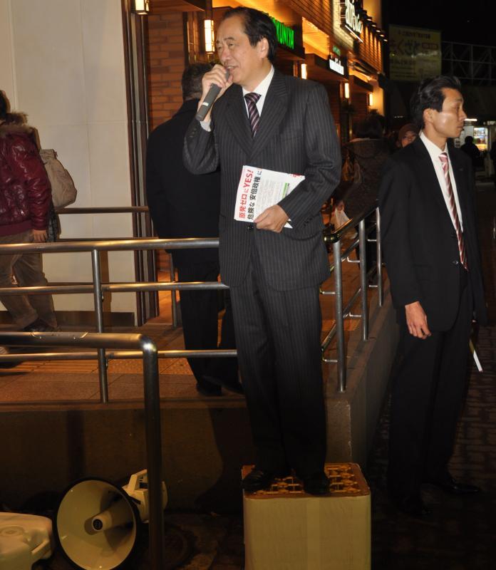 JR三鷹駅北口でビールケースの上に立って演説をする菅直人元首相=21日、東京都武蔵野市