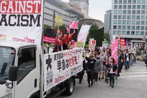 ヘイトスピーチに反対し2000人余りの市民が参加したデモ行進=東京・新宿、11月2日 桜井泉撮影