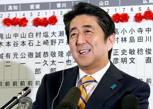 インタビューに笑顔でこたえる自民党の安倍晋三総裁=2014年12月14日午後10時20分、東京・永田町の党本部