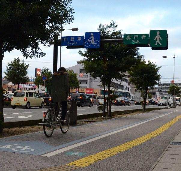 衝突事故を減らすため、自転車と歩行者を分けた歩道=2013年12月、滋賀県草津市