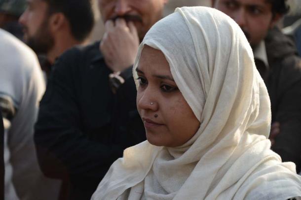 襲撃から一夜明けた17日、学校の様子を見に来た教員のシャバナ・シャヒドさん=ペシャワル