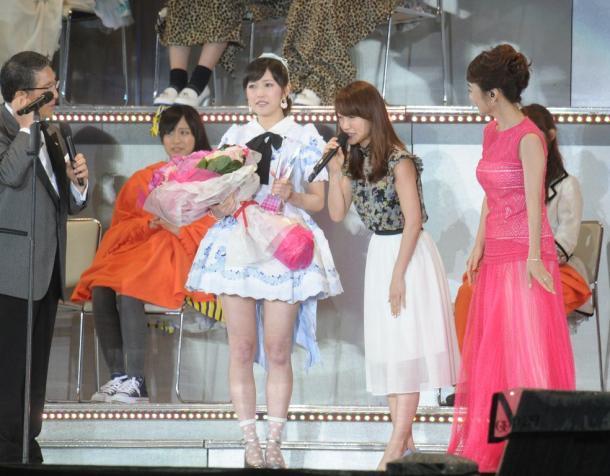 総選挙で1位となった渡辺麻友さん(中央左)
