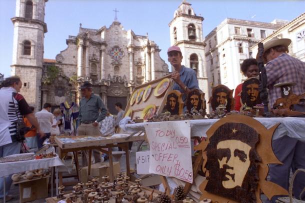 写真・図版 : ハバナ聖堂前の広場で