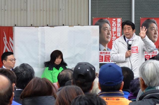 写真・図版 : 総選挙でアベノミクスの成果を強調する安倍首相