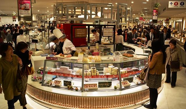 写真・図版 : デパートの食品売り場の売り上げは……