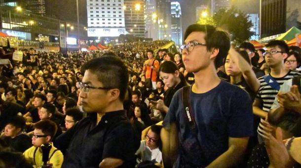 乙武さんとの写真、スマホのライトでデモを盛り上げる参加者達(提供:青木大和氏)