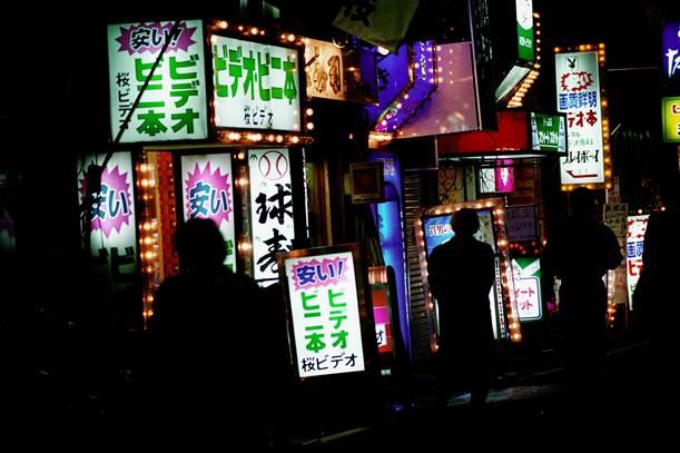 ビニ本、ファッションヘルスなどの看板が並んでいた歌舞伎町=1992年、東京都新宿区