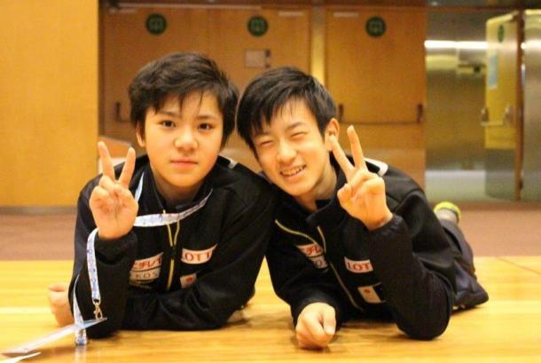 写真・図版 : ジュニアGPファイナルのフリー後、2位の山本草太選手(右)と