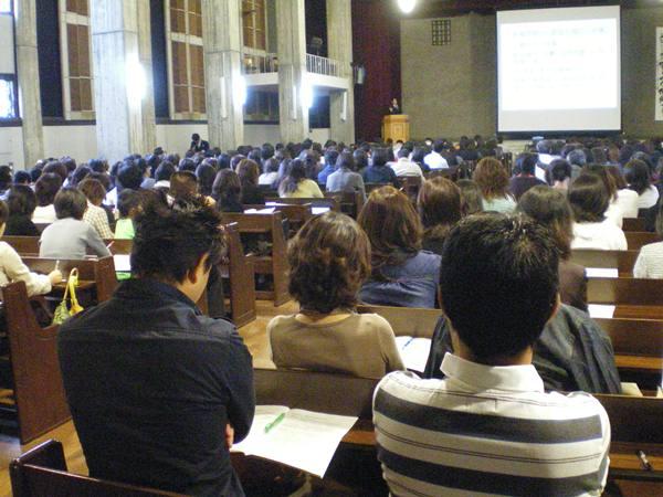 大手学習塾が開いた中学受験の説明会。父親の姿も目立った=2008年10月、名古屋市東区