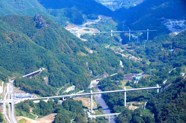 同乗取材した群馬県警ヘリから見えた同県長野原町の八ツ場ダム建設予定地周辺。国道のバイパスや渓谷に架かる橋など構造物が目立つ=2014年10月