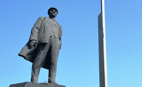 写真・図版 : ウクライナ・ドネツク中心部の広場にあるレーニン像