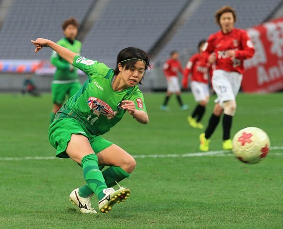 皇后杯全日本女子選手権決勝でシュートを打つ日テレの長谷川=1月1日、東京・味の素スタジアム