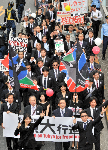 写真・図版 : ヘイトスピーチなど差別的な動きへの反対を訴えた「東京大行進」=2013年9月、東京