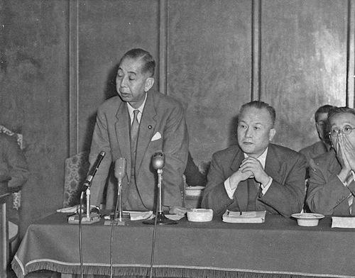 写真・図版 : 衆院内閣委員会で日米安保条約改定について答弁する岸信介首相(左)=1958年10月