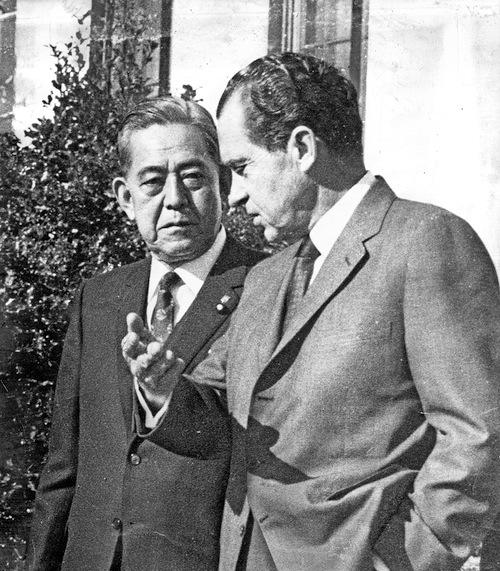 写真・図版 : ホワイトハウスで会談を終えた佐藤栄作首相とニクソン米大統領=1969年11月