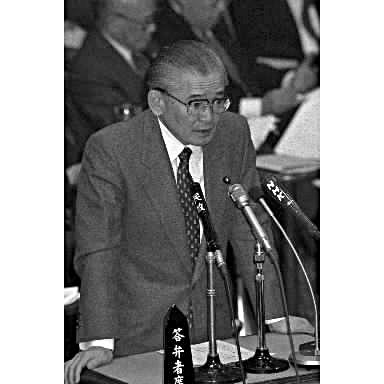 写真・図版 : リクルート事件をめぐり、参院予算委で質問に答える竹下登首相=1989年3月
