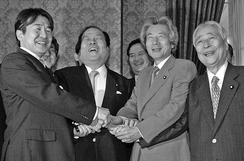 写真・図版 : 郵政民営化法案が成立し、握手する小泉純一郎首相ら=2005年10月、国会内