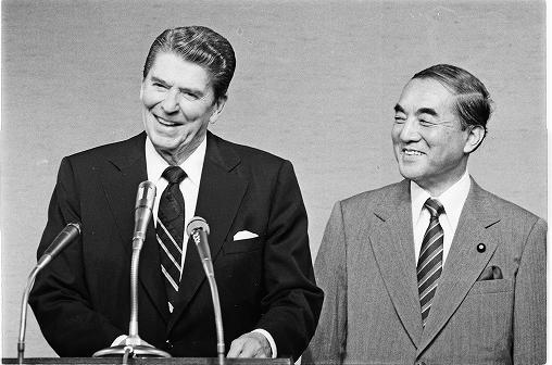 写真・図版 : 日米首脳会談を終え、共同記者会見に臨む中曽根康弘首相とレーガン米大統領=1983年11月