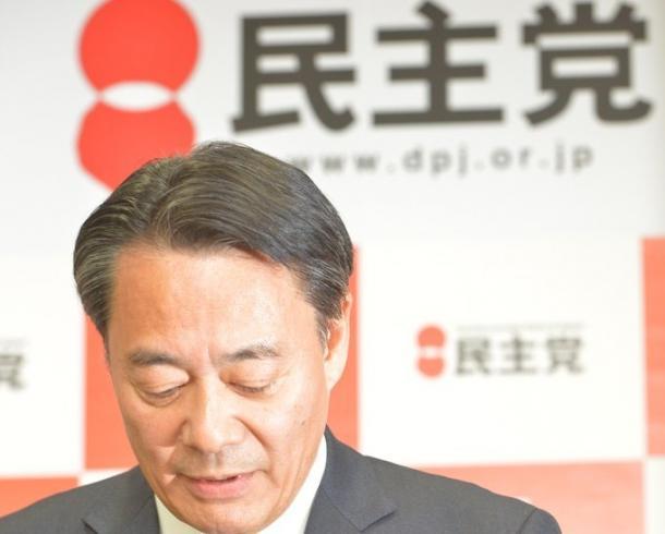 辞任表明の会見で頭を下げる民主党の海江田万里代表
